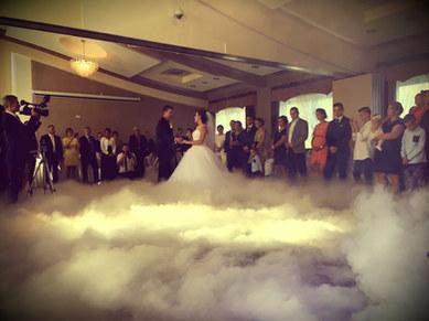 I taniec pary młodej w oprawie cięzkiego dymu