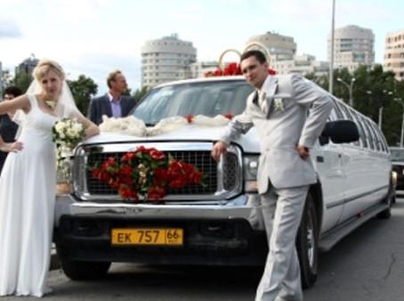 Украшение свадебного кортежа и главной машины молодожёнов.