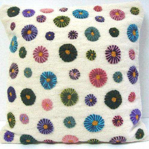 Almohada bordada con detalles de flores a mano
