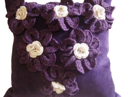 Almohada con aplicaciones a Crochet