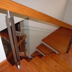 Baranda de madera con vidrio.JPG