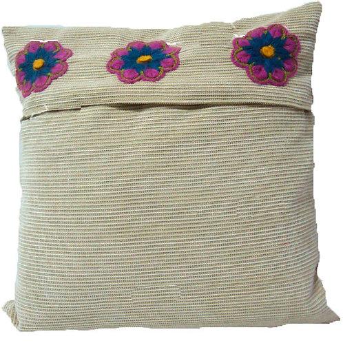 Almohada con flores artesanales bordadas a mano