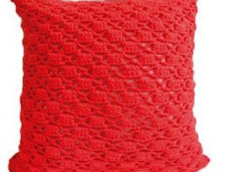Almohada hecha con crochet a mano color rojo