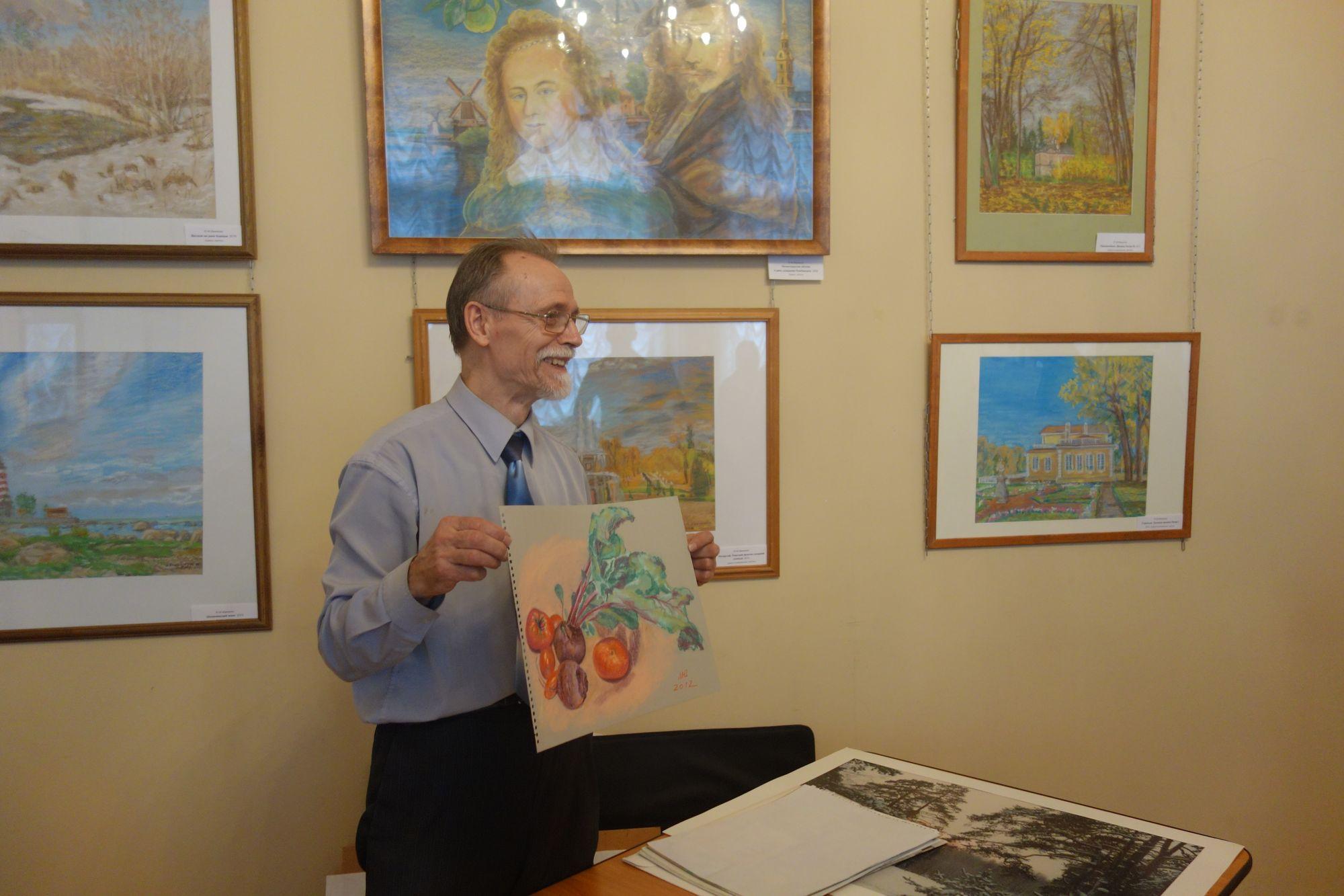 Ю.М.Иваненко показывает свои пастели