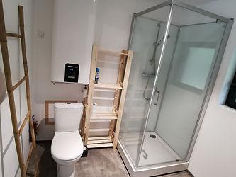 Salle d'eau avec douche, WC et rangement