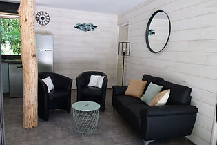 Salon fauteuils canapé et TV