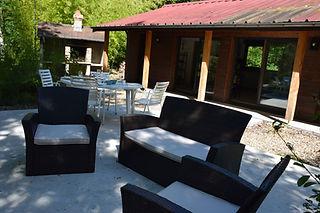 Terrasse aménagée avec salon et table de jardin
