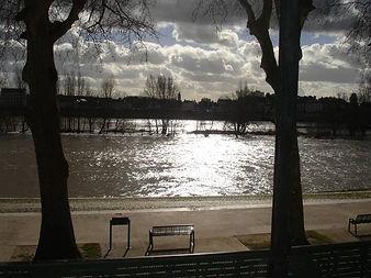 Exceptionnelle vue sur le fleuve Loire en centre ville d'Orléans