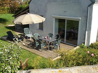 Terrasse bois parasol et salon de jardin