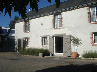 Façade ancienne ferme rénovée plein soleil