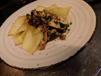Tagliatelles à la chataîgne, champignons des bois et raclette de Brignon