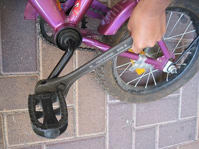 פירוק דוושות האופניים