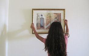 טפים לתליית תמונה בדירה חדשה