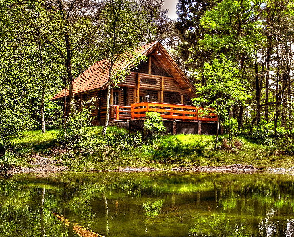 Rundbohlenhaus am kleinen Waldsee