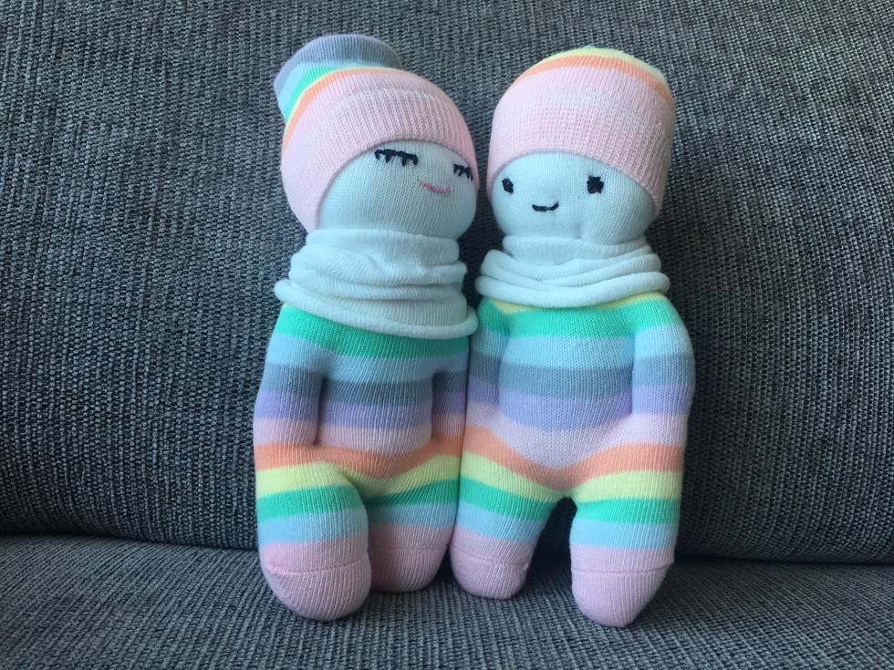 בובות עם ידיים בכיסים עשויות מגרביים