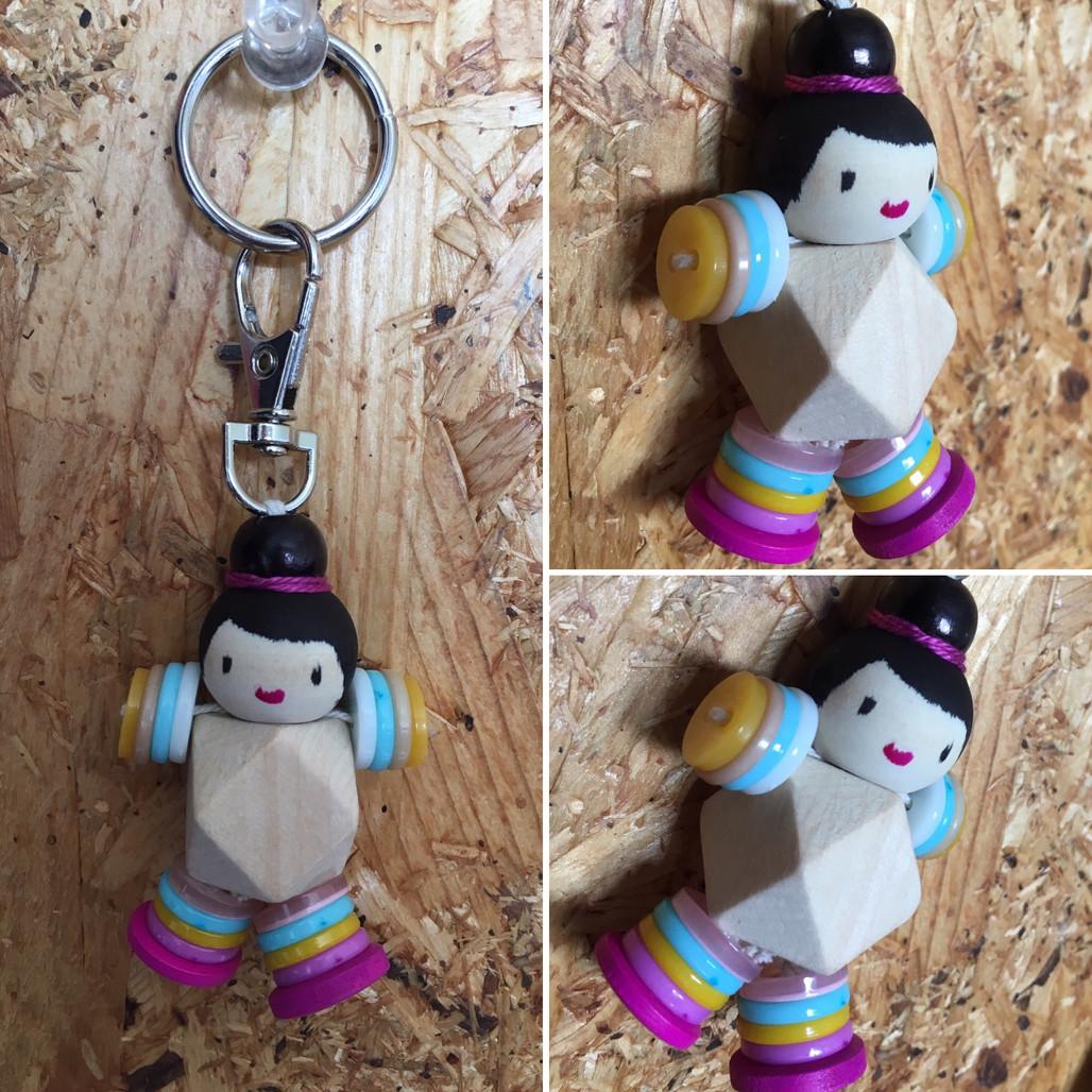 מחזיק מפתחות מחרוזי עץ וכפתורים