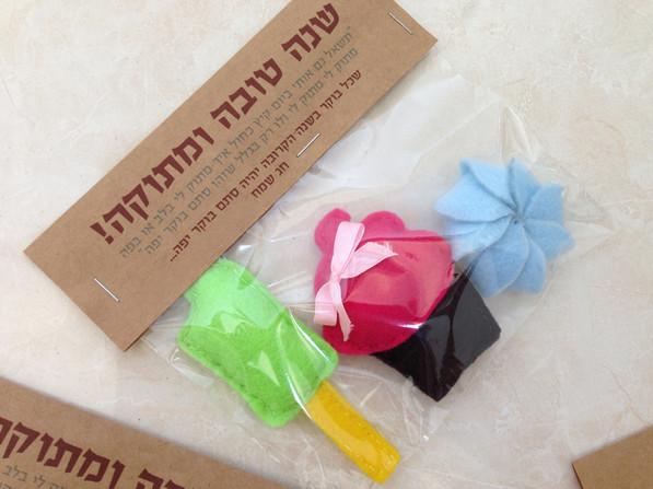 מגנטים עשוים לבד בצורת קאפקייק, קרטיב ועוגיה, מתנה לראש השנה ללקוחותיי מתוקים