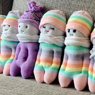 בובות עם כובע וידיים בכיסים