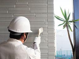 外壁塗装をする作業員