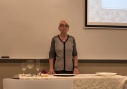 Ana Lukower ministrando palestra a respeito de comportamento à mesa