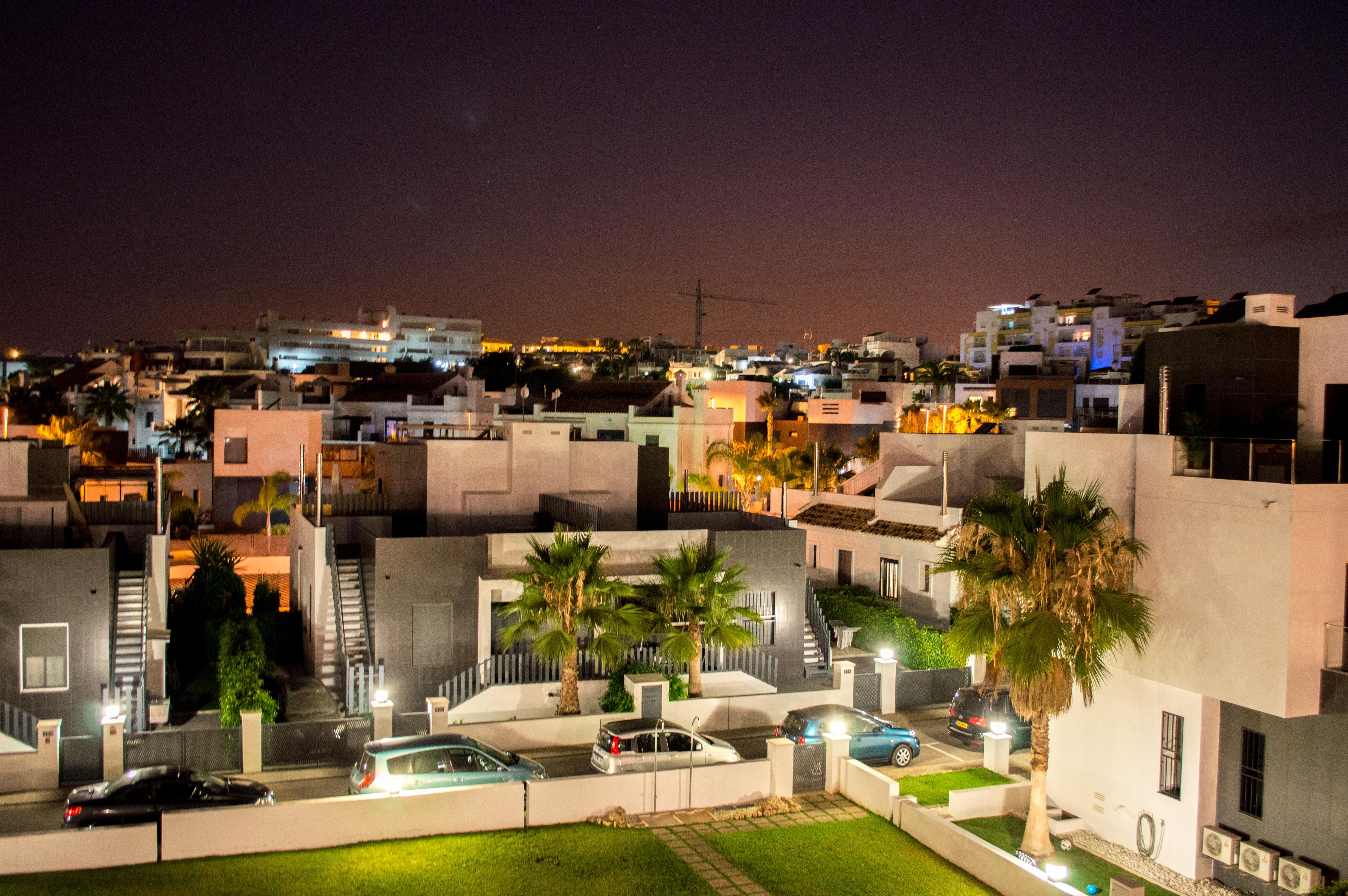 Nattbilde ved byen