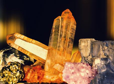 Limpeza e energização dos cristais e pedras com Izzi Correia