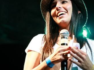 Michelle Dernersissian presentando un festical en La Castellana