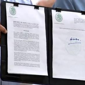 """López Obrador firma decreto para regularizar """"autos chocolate"""""""