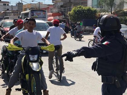 Policías Municipales revisan el uso del cubreboca en automovilistas