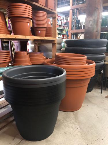 #22 Asst sizes plastic pots and saucers