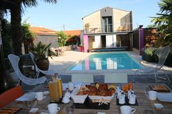 Petit déjeuner vue piscine