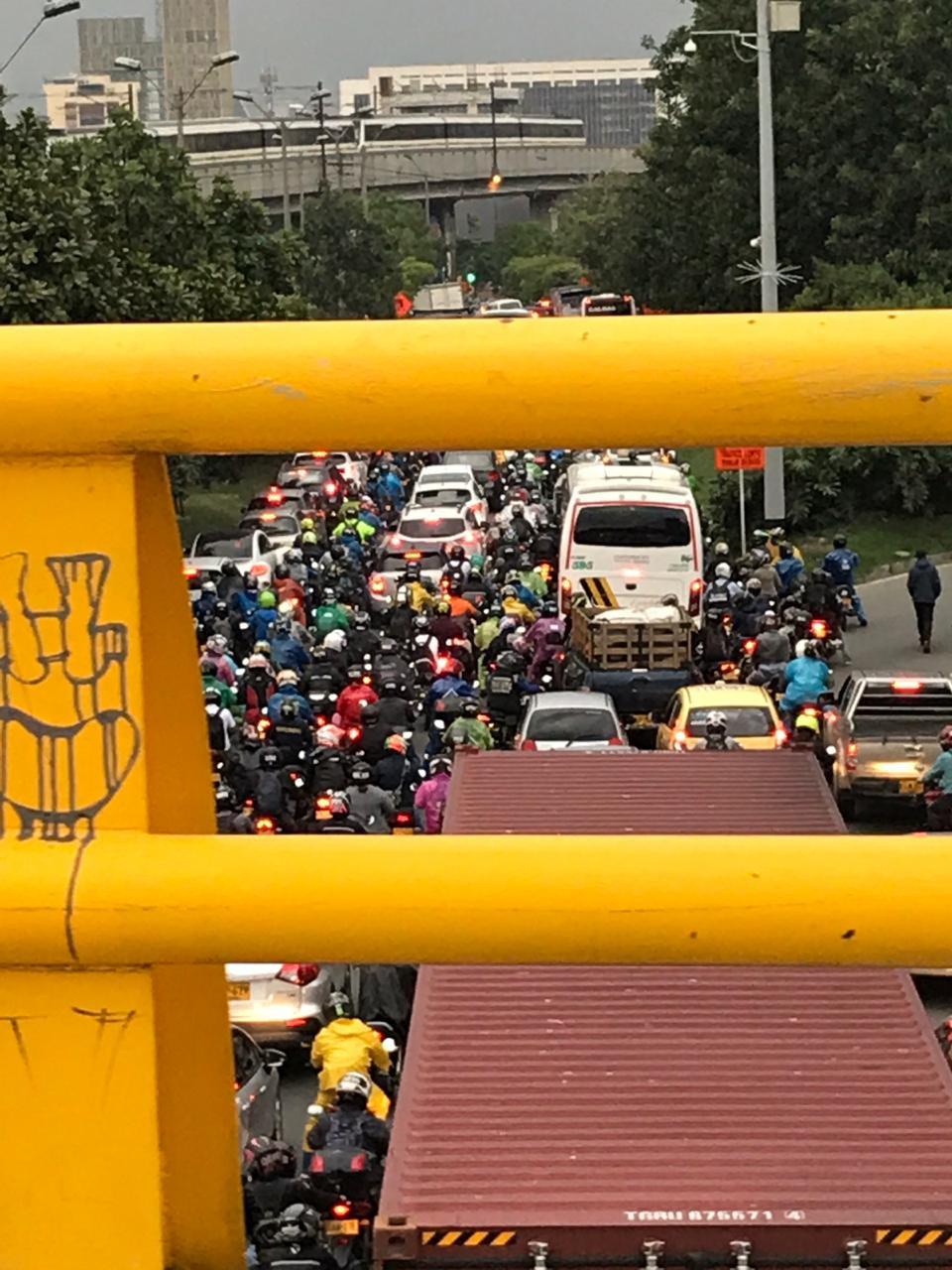 (Tráfico Autopista Regional con la Calle 30, Medellín. Tomada un día de pico y placa ambiental [alerta roja el 28/03/2019 a las 5:17 pm.