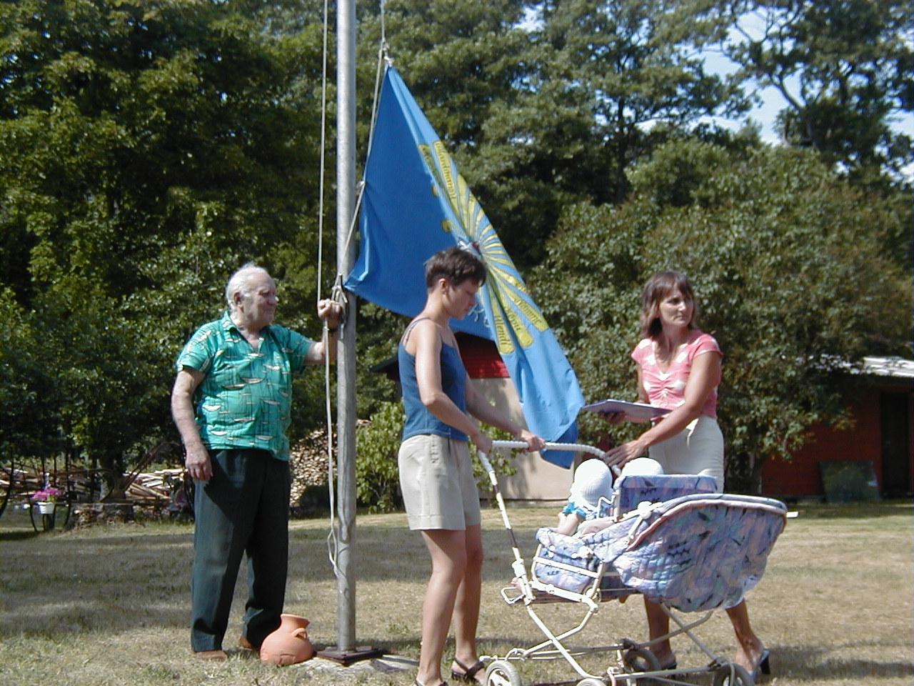 Kõpu_külade_lipu_heiskasid_küla_vanim_elanik_Kalju_Pall_ja_n.JPG