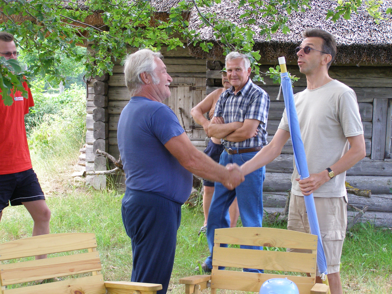 Erkki-SVen_Tüür_annab_lipu_külavanem_Arvit_Korellile.JPG