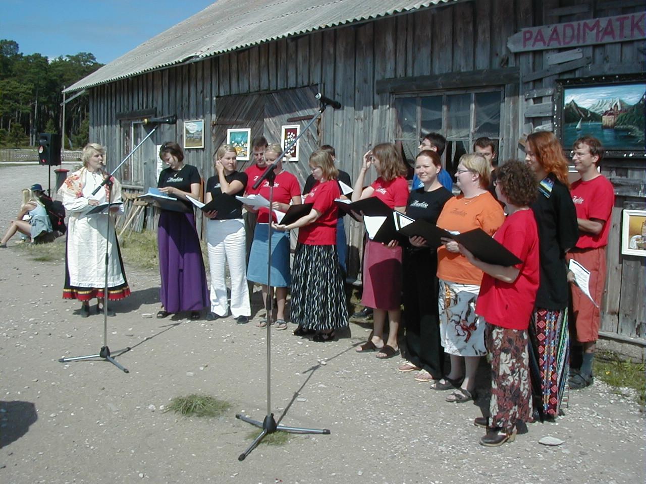 Laulab_külaliskoor_Soomest.JPG