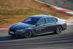 2018. BMW M760LI (Driving Center)
