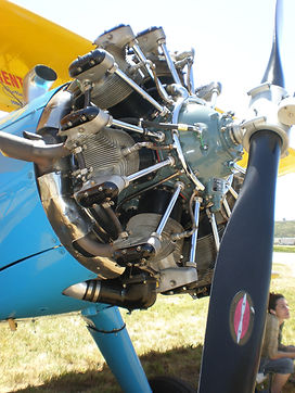 Blue_Boeing-Stearman_PT-18_engine.jpg