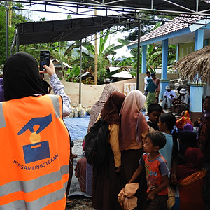 Indonesia - Food pack distribution