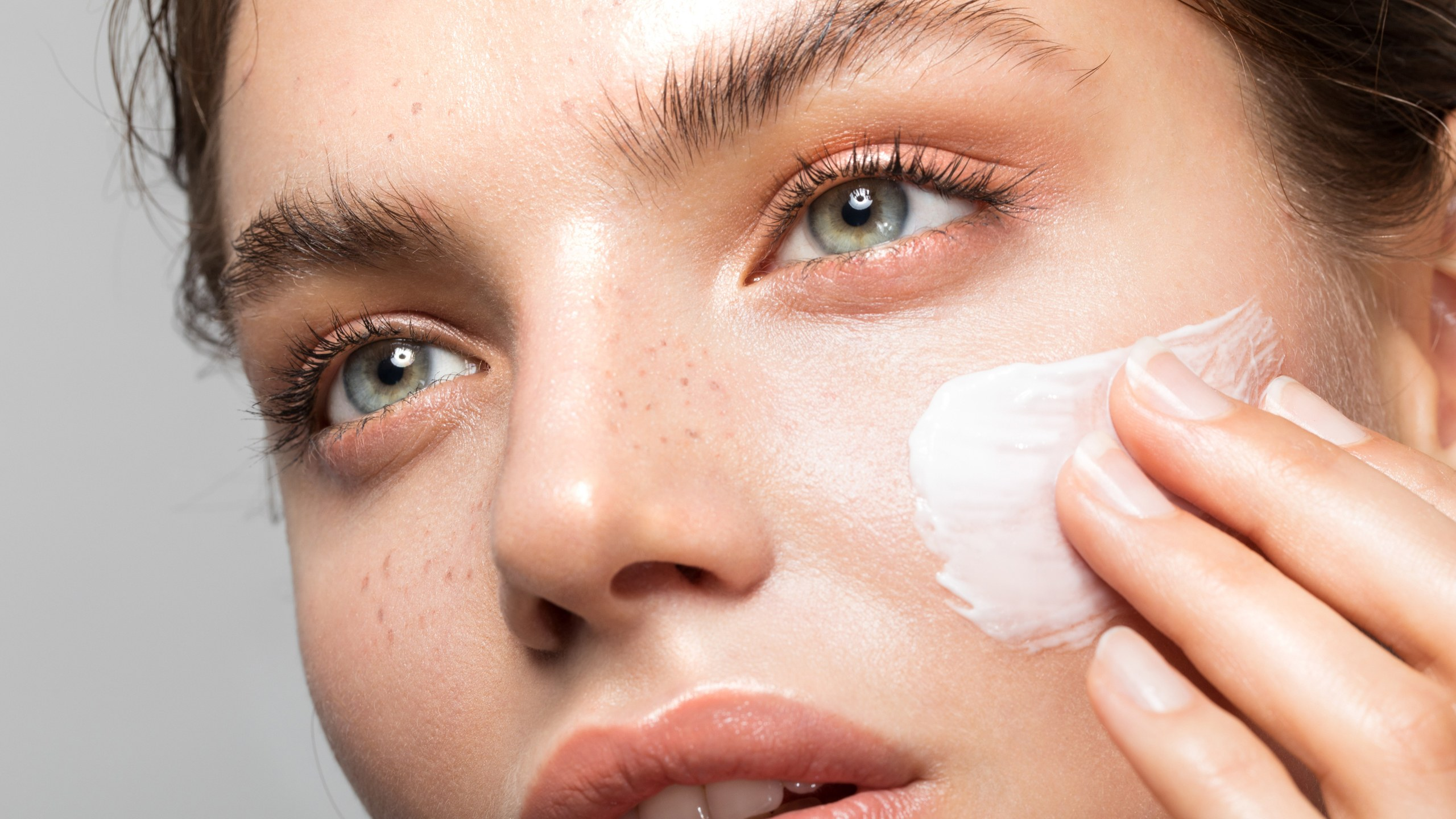 applying-moisturizer-lede