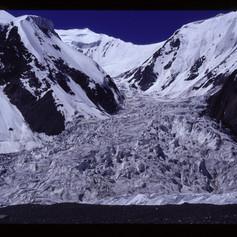 Gletscherwelt am Fuss des Pik Lenin