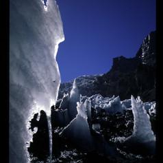 Vom Wind und Wetter gezeichnetes Eis