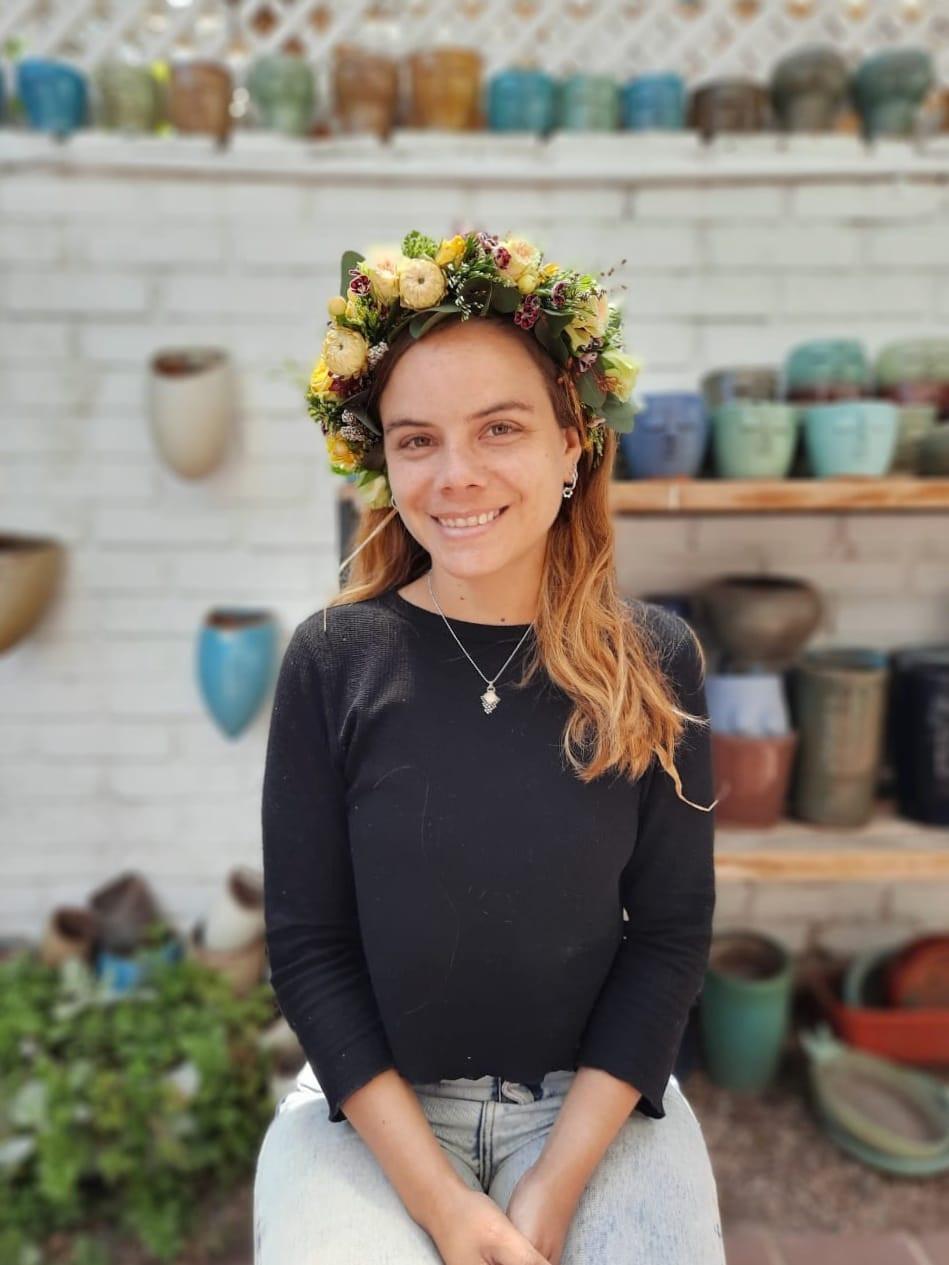 Corona de flores naturales hecha a mano