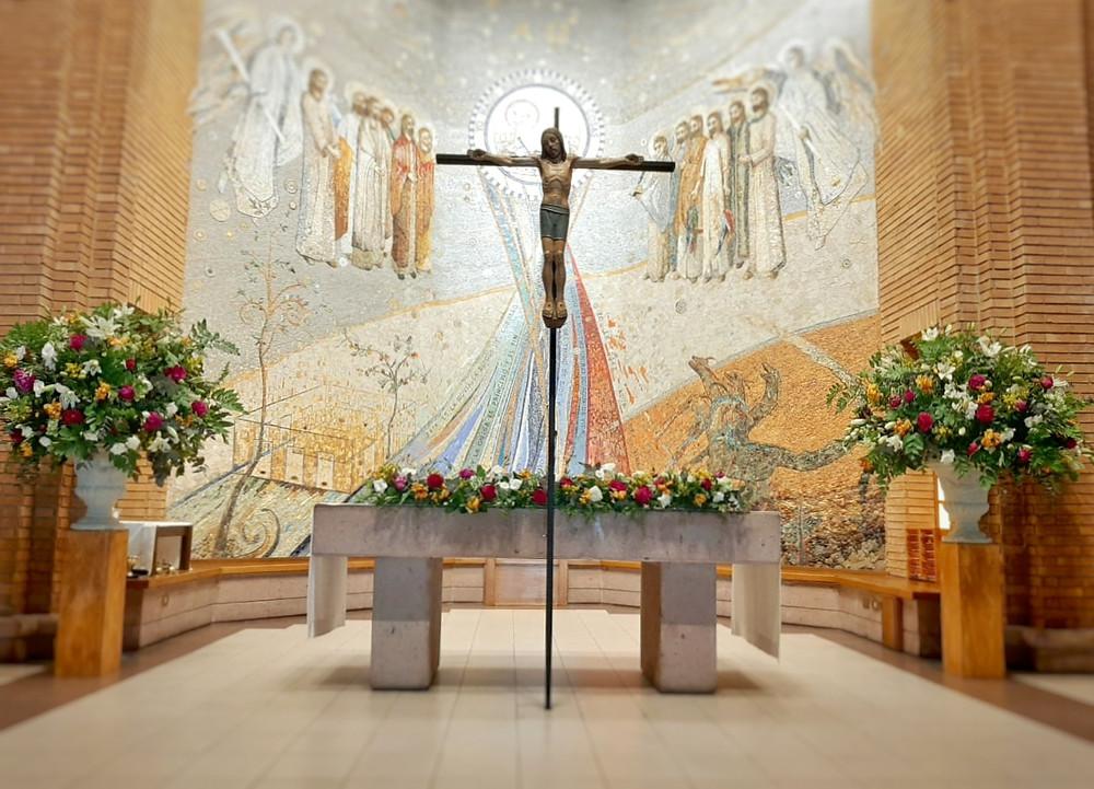 Copones y arreglo de altar