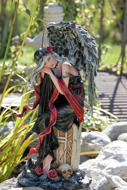 Ange noire Cleena sur pierre tombale