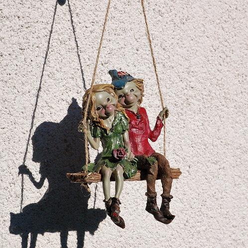 Couple de Pixies sur balançoire