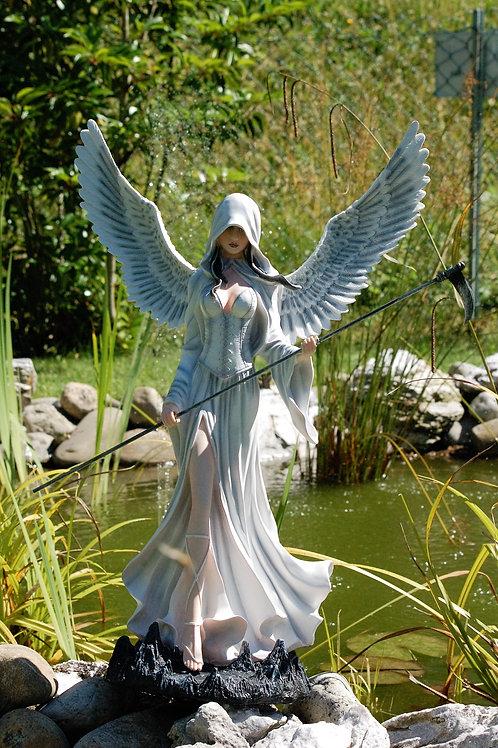Ange blanche Dairina avec sa faux