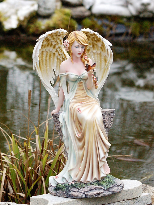 Ange Myra assise sur une colonne