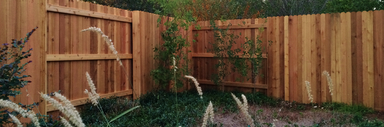 Vertical Cedar privacy fence in 'Good Neighbor' alternating picket face design made by Austin Brothers Fence Co.