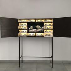 24_Matter waves unseen, 2012, legno, plexiglass, led, sabbia, televisore HD e materiali vari, 165 x 113,5 x 40 cm