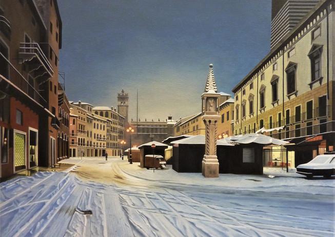 26) Verona, Piazza Erbe di sera con la neve